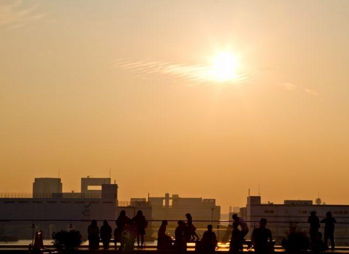 街に沈む夕日の写真