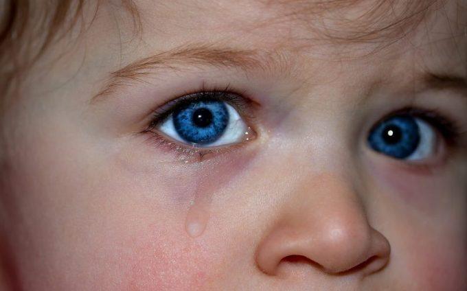 涙を流す子供の写真