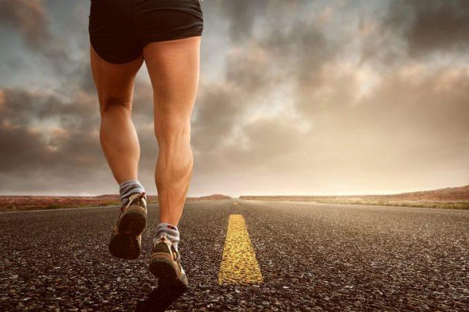 確率思考で道を走るランナーの写真
