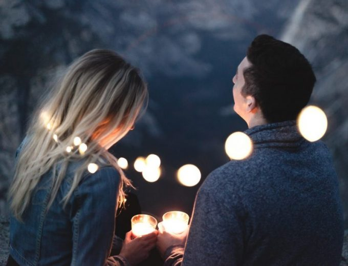 FXをする夫とその妻の写真
