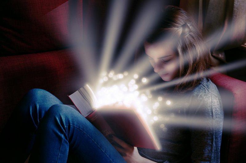 素晴らしい本を読む少女の写真