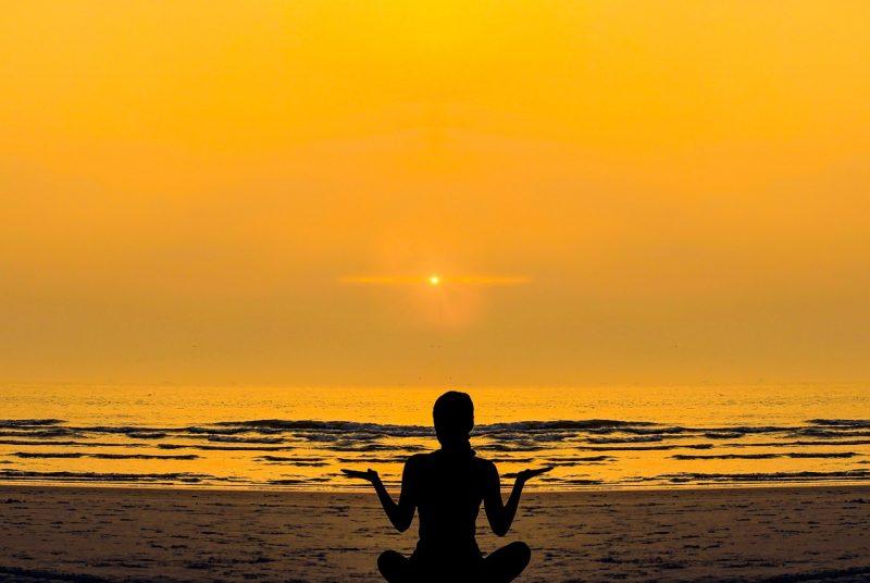 マインドフルネス瞑想する女性