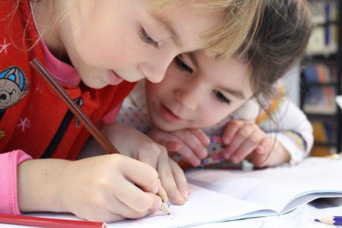 楽しそうに検証やトレードノートを書く子供たち